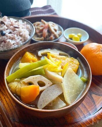 根菜たっぷりの「けんちん汁」は、ヘルシーで、彩も豊かで、お腹も大満足!お野菜の旨みと、水だしの美味しさが溶け合ったあたたかみあふれる一品です。