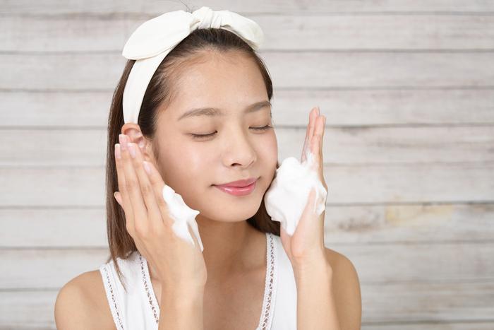 頬は、皮脂の分泌が少なく乾燥しやすい部分。泡をふんわりのせる程度でOKです。また、目元、口元は皮膚が薄くデリケートな部分なので、摩擦には要注意。こちらも泡をそっとのせる程度にしましょう。力を入れすぎないように薬指を使うのがおすすめです。力が他の指より入りにくいので試してみてくださいね。