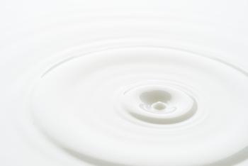 ミルクタイプはクリームタイプより軽い使い心地で洗い上がりがしっとりします。オイルタイプより油分が少なく洗浄力も弱めなので、クレンジングで肌荒れを起こしたことがある人にもおすすめです。  肌を守るのに必要な皮脂や水分を落とさずメイクだけを優しくオフできる保湿重視のミルクタイプは、特に刺激が少ないので乾燥肌さんはもちろん、敏感肌さんにもおすすめ。