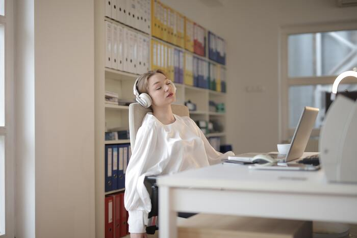 交感神経が最も活発になるお昼頃は「動く・話す」などをするのにうってつけの時間です。ただ、眠気や疲れを感じやすいというのが難点…。午前中よりも頭がぼんやりしてしまいがちなので、簡単かつ短時間で終わる作業を選ぶのがベターです。