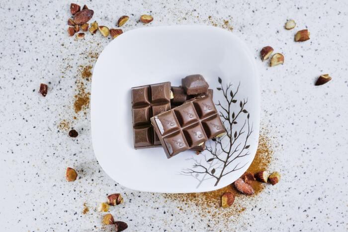 頭が働かず、ぼんやりしがちな15時頃には、適度な間食をとるとリフレッシュできるかもしれません。特におすすめなのが「高カカオチョコレート」。脳を活性化・やる気アップの効果がある「カカオポリフェノール」が多く含まれているので、3~5粒を目安に食べてみてくださいね。チョコレートが苦手な人には、フルーツもおすすめです。ご飯などの炭水化物は血糖値を急激に上げ、集中力の低下を招くおそれがあるので間食にするのは避けた方がいいでしょう。