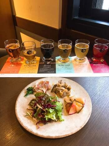 6種のクラフトビール飲み比べ付きの、お得なクラフトランチコース。前菜盛り合わせ、メインはパスタやアンガス牛、デザートと、様々なクラフトビールとのペアリングを堪能できます。