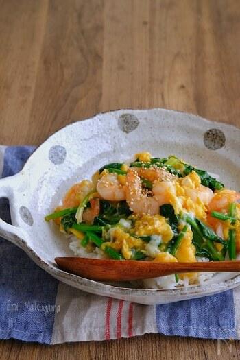 むき海老を使った卵炒め丼です。プリプリとした海老とフワフワ卵の食感が楽しめます。時間がないときは、冷凍のむき海老を使っても◎ほうれん草の代わりに、ニラを入れても美味しそう。中華風のやさしい味付けで、お夜食にもおすすめですよ。