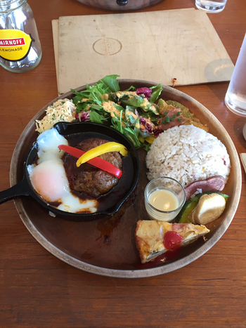 こちらは、ランチ限定のハンバーグランチ。雑穀米にサラダ、キュシュ、バーニャカウダと付け合わせの野菜もたっぷり。