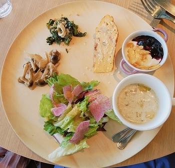 ランチセットでは、前菜盛り合わせにパスタかフォカッチャサンドがいただけます。前菜は日替わりで、新鮮なサラダやスープ、マリネなどイタリアンメニューのほかに、ヨーグルトもあってボリューム満点。