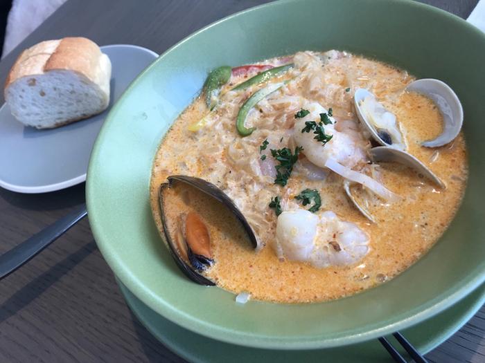 世界各国のシーフード料理がいただけます。こちらはシンガポールやマレーシアの名物「シーフードラクサ」。エビの濃厚なエキスと魚介の旨みが合わさったココナッツスープにはライスヌードルが入っていて、ほど良い辛さがクセになるおいしさです。