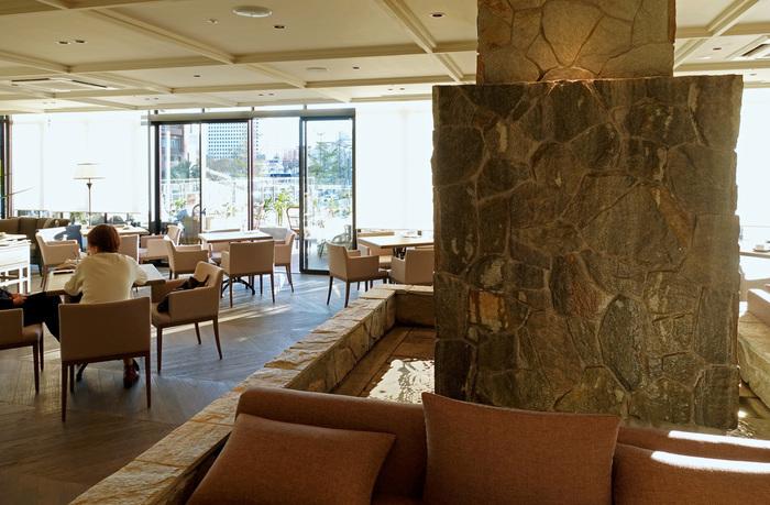 海外ホテルをイメージした広々としたインテリアの「COLONIAL BEACH(コロニアルビーチ)」。店内には滝が流れていて、水音に癒されながらリゾート気分を楽しめます。