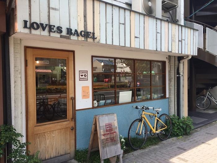 ガーリーな雰囲気の外観が素敵な「ラブズベーグル」。日本人の口に合う、毎日でも食べられるようなベーグルが購入できます。松ヶ先駅から徒歩15分ほどでつきます◎