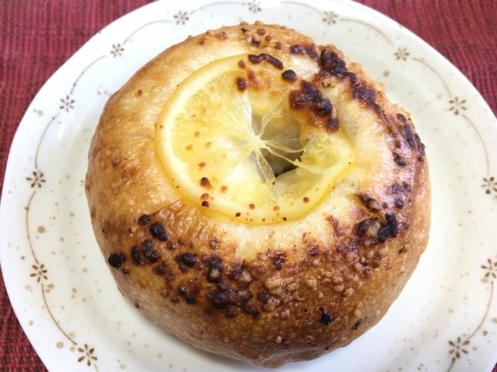「レモン・クリームチーズチョコ」は、レモン味のクリームチーズとチョコレートが包まれたベーグル。やわらかい生地もとても美味しいです*