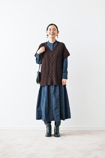 ボリューム感のあるロングワンピースは、ゆったりとしたベストと合わせるのがおすすめ。ワンピースのシルエットを崩さないので、重宝しますよ。ざっくりとした編み目のアラン模様を選んで、冬っぽさをオン!