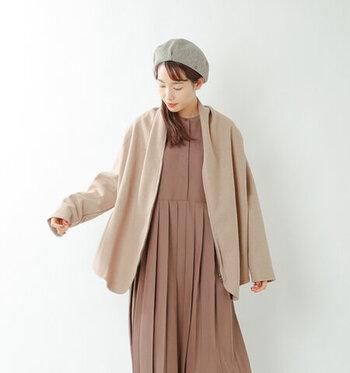 肌寒いと感じたときにサッとに羽織れて便利なショール風カーディガン。肩を落としたドロップショルダータイプのものや長め袖のものを選ぶと、ガーリーな雰囲気が楽しめますよ。ロングワンピースやワイドパンツと合わせると、リラックスムード満点のコーデに仕上がります。