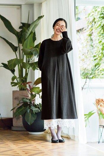 シンプルな黒のワンピースに華を添えているのは、大胆なレースをあしらったペチスカート。オールブラックコーデに軽やかさをプラスしてくれています。デザイン性の高いペチスカートがひとつあれば、ワンピースやスカートにもう少し長さが欲しいときにも重宝しますよ。
