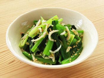 サッと茹でてシャキシャキ感を残した小松菜に、しらすを和えた手軽な一品。めんつゆとごま油を使うので、簡単に味が決まります。お好みで生姜を適量加えると、味がぐっと引き締まります。