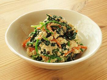 たっぷりのほうれん草ににんじんを加えた彩りの良い白和えは、野菜と一緒にお豆腐のタンパク質も撮れる栄養価の高い副菜です。おいしく作るコツは、食材の水分を徹底的に抜くこと。また、だし汁は使わずに粉末だしを使うと◎