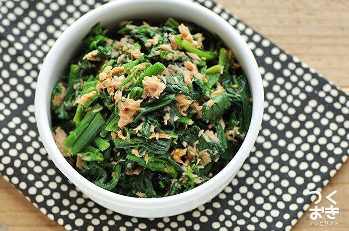 ほうれん草のツナ和えは普段の食卓はもちろん、お弁当のおかずにもぴったりの常備菜です。一緒に和えたすりごまが、ほうれん草や調味料の水分を適度に吸ってくれるので、べちゃっとなりにくいのが嬉しいですよね。ツナ缶のオイルも適度に加えて、うまみたっぷりに仕上げましょう。