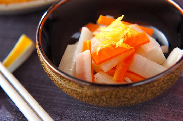お正月やお祝い料理の定番、紅白なますによく似た甘酢和えのレシピです。野菜と甘酢を和えたあとに電子レンジで加熱するので、ほどよく酸味が抜けて、まろやかな味わいに仕上がります。ゆず果汁は加熱後にサッと和えて、さわやかな香りを楽しんでくださいね。