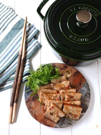 まずはじめにご紹介するのは、豚肉をブロック状のままオーブンでじっくりと焼きあげて作る、しっとりジューシーな塩豚レシピです。 下ごしらえの済んだ塩豚をストウブに入れて、170度に温めたオーブンで60分ほど加熱するだけでOKなので、とってもお手軽! できあがった塩豚は薄切りにして、手作りのハニーマスタードソースと和えてくださいね。