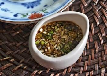 ニンニクやネギ、ゴマなどの薬味をたっぷりと使った香味だれは、野菜やお肉との相性バッチリ!まずは、茹でた塩豚につけて召し上がってみてくださいね。お好みで、香味だれにニラや生姜を加えても◎