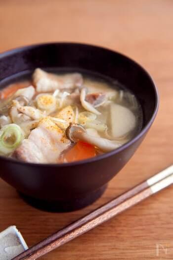寒い日の食卓には、大根やごぼうなど、お好きな野菜を使って豚汁を作ってみてはいかがでしょうか。野菜類は最初にごま油で炒めると、コクも風味も豊かになりますよ。豚汁には、旨味の強い豚バラを使うのがおすすめです!