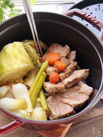 こちらは、塩コショウのみで味がバッチリ決まる、ストウブを使った塩豚レシピです! 肩ロース肉を使っているので、あっさりといただけるのも嬉しいですね。野菜と豚肉の旨味と甘みがたっぷりと溶け出しており、ごはんのおかずにはもちろん、お酒のおつまみにもよく合います。 季節の野菜やきのこを加えてアレンジを楽しんでみても◎