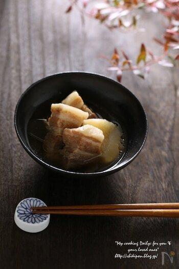酒・醤油・みりんを使って塩豚を煮込めば、やさしい味わいの和食が完成します。塩豚で作る煮込み料理は、しつこさがなくさっぱりといただけますよ。お肉の旨味がたっぷりと染み込んだ大根は、絶品です!