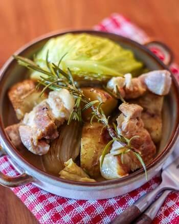 塩豚のオイル蒸しは、ほったらかし料理なのにごちそう感たっぷり! 一緒に入れる野菜類は大きめにカットして、表面をしっかり焼き付けておきましょう。 豚バラ肉の旨味を野菜がたっぷりと吸ってくれるので、くったり&ほくほくの食感が楽しめます。