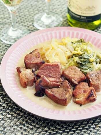 こちらは豚肩ロースで仕込んだ塩豚を、ニンニク・白菜・玉ねぎと一緒にコトコト煮込んだ、ごちそうレシピです。 水は一切使わず、白ワインと白菜から出る水分だけで煮込むので、旨味たっぷりのとろとろスープができあがります。お肉の表面はしっかりと焼き付けて香ばしく仕上げて。