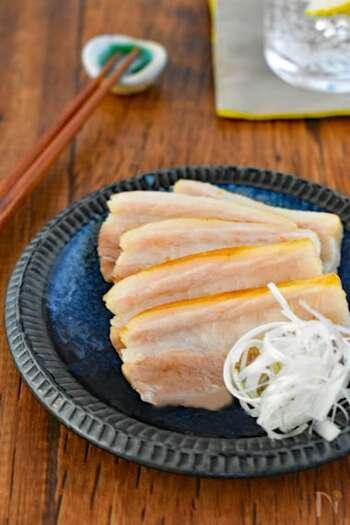 塩豚の基本の下準備は、豚ブロック肉に塩を揉み込んだものをラップでぴっちりと包み、保存袋に入れて、1日〜4日ほど寝かせるだけ!とってもかんたんですよね!  豚に揉み込む塩は粗塩がおすすめ。塩が肉にゆっくり浸透して水分が出にくく、しっとりとした仕上がりになります。塩の量は肉の量に対して2.5〜3%くらいを目安にしてみてくださいね。
