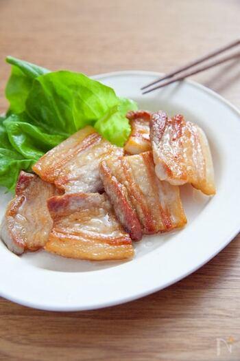 下ごしらえをした塩豚は、1cmほどの厚さにスライスして焼いてもおいしくいただけます。こんがりと焼き目をつければ、見た目はもちろん、香ばしさがプラスされてごちそう感もアップしますよ!  豚バラブロックで作った塩豚は、加熱の際に脂がじゅわっと出てくるので、油をひかずに焼いてみてくださいね。脂が気になる方は、よりヘルシーな肩ロースを使って作ってもOKです。