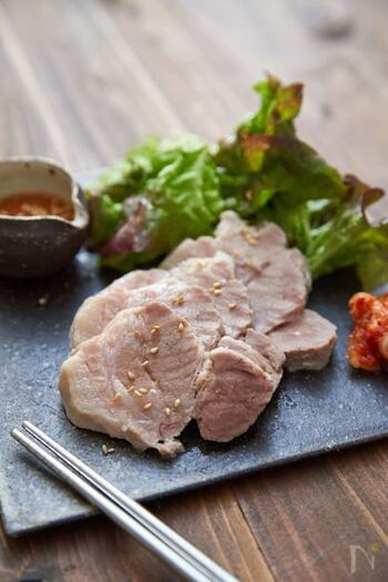 塩豚の下ごしらえには、粗塩のほか、塩麹を使うのもおすすめです! 塩麹は下味をつける以外にも、お肉を柔らかくしたり、うまみを増したりしてくれる効果があるので、よりジューシーに仕上がりますよ。 塩豚に使用する場合は、豚肉500グラムに対して塩麹大さじ2.5杯くらいを目安に使用するとよいでしょう。  厚めの鍋を使えば、沸騰後に弱火で10分ほど加熱したあとに火を止めて、予熱で調理することもできます。時短&エコにもなるので、ぜひやってみてくださいね。 塩麹を使った際の煮汁も、もちろんスープにリメイクできます。