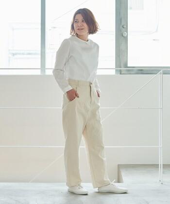 生成りデニムに白ブラウスを合わせた、ナチュラルな雰囲気漂うコーディネート。生成りと白の組み合わせは、簡単におしゃれなホワイトコーデが作れるのでおすすめ。白カーディガンなどのライトアウターを羽織れば、ロングシーズン着まわせるホワイトコーデが完成します。