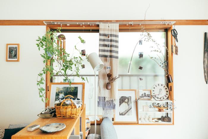ウォールシェルフを新たに買い足さなくても、ご自宅の窓枠をフレームに見立てれば、立派な飾り棚になりますよ!窓枠の中に小さな棚を置いて小物を飾ったり、お気に入りのアートを額に入れて立てかけたり、グリーンを下げたりと、アイディア次第でさまざまなアレンジが楽しめます。