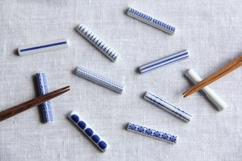 シンプルなかまぼこ型の箸置きは、白と青のコントラストが美しい作りです。日本の伝統的な文様をモチーフにしつつ、モダンなデザインに仕上げています。色々な柄があるので、家族で使い分けても良いですね。