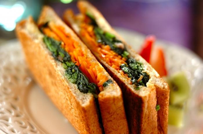 それぞれソテーしたほうれん草と人参を挟んだホットサンド。少し濃いめの味付けにしておくと、おいしく仕上がります。野菜は作り置きしておくと、手早く作れるのでおすすめです。