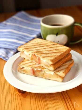 甘さ控えめに煮たりんごと、クリームチーズを挟んだホットサンド。冷めてもおいしい煮りんごは、温めることで一味違った味わいに。また、ホットサンドの他にもパイなどにリメイクすることができます。煮る時間で食感も変わるので、お好みの歯ごたえを探してみては?