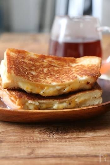 チーズの塩気と蜂蜜の甘さが絶妙にマッチしたレシピ。少ない材料なのにいろいろな味わいを感じられて、満足感の高いレシピです。黒胡椒のピリッと感が味を引き締めてくれますよ。