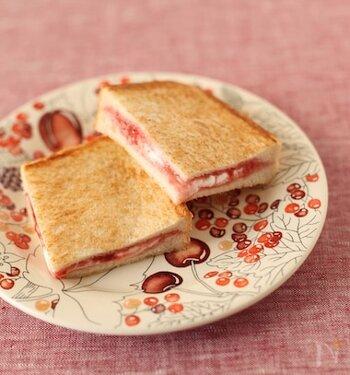 熱でマシュマロが溶けてトロトロに。マシュマロの食感と甘さは、イチゴジャムの甘酸っぱさと相性ばっちり。ホットサンドの断面もいちごみるくのような色合いでかわいいですね。