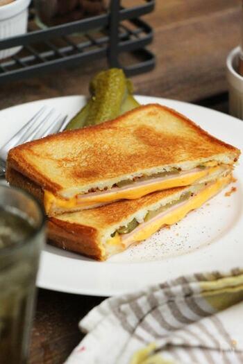 バターを溶かしたフライパンに、具材を挟んだ食パンを乗せ、弱火で焼きます。ポイントはフライ返しで押さえつけながら焼くこと。ホットサンドメーカーに負けない焼き目とカリッとした食感を再現できます。
