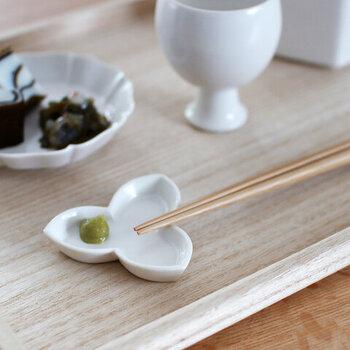 小さな花が咲いたようなかわいらしい箸置きは、豆皿にもなる優れものです。わさびや辛子などを添えて出せば、省スペースかつ便利です。二葉や剣など他の形もあります。