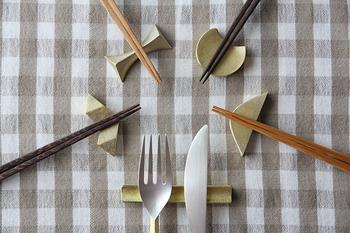 真鍮製の箸置きは、食卓ではあまり見かけない素材感がおしゃれで映えます。使い初めは黄金色ですが、経年変化で鈍く深みを増した色味になるのも楽しみの一つです。