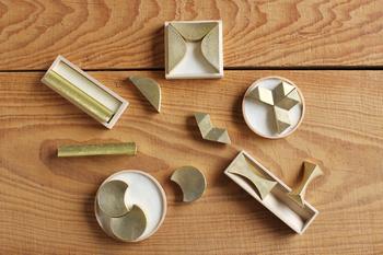 モダンなデザインは金属の質感を際立たせて芸術性さえ感じさせますね。木製の枠に収納でき、ピタリとはまる様は心地良ささえ感じさせます。