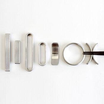 まるで調理器具の延長のようなステンレス製のスタイリッシュな箸置きです。箸はもちろんのこと、スプーンやフォークを置いてもしっくり落ち着きます。