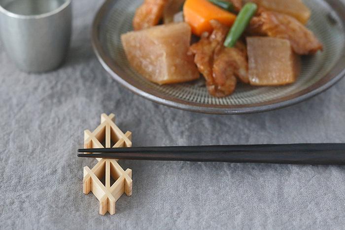 軽やかで美しい組子の箸置きです。木製品ならではの温もりと優しさがあります。お箸の他、フォークとスプーンも2つまでなら並べて置くことができます。5個セットなら箱入りなので、管理もしやすく便利です。