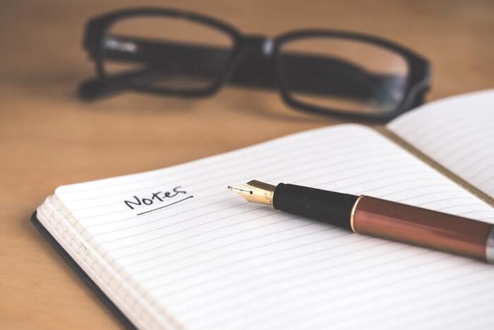 睡眠モードに切り替わりつつある時間帯に、明日やることのリストを作ってみませんか。ポイントは「リストを簡潔にする」ということ。いくつも項目があると、大切なことを忘れてしまいがちなので、「明日やること」だけを書き、他の日にもできることはまたの機会に書きましょう。翌日の朝にメモを見れば、今日の予定がパッと頭に入り安心して1日を始められるはず。