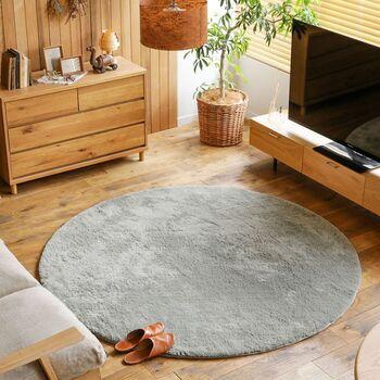 お部屋を広く見せたいなら、円形のラグを選んでみて!床の見える面積が広くなるので、リビングがゆったりとして見えますよ。また、四角いフォルムの家具が多い中に、丸い形のものを取り入れるとリラックスした雰囲気になるというメリットも。