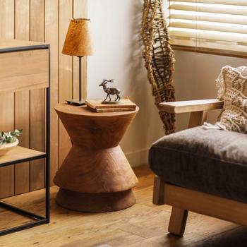 デザイン性の高いスツールは存在感抜群!ソファの隣に置いておけば、コンパクトなサイドテーブルとして活躍します。スツールそのものの木目やフォルムが美しいので、飾り棚として使ってもよさそうですね。