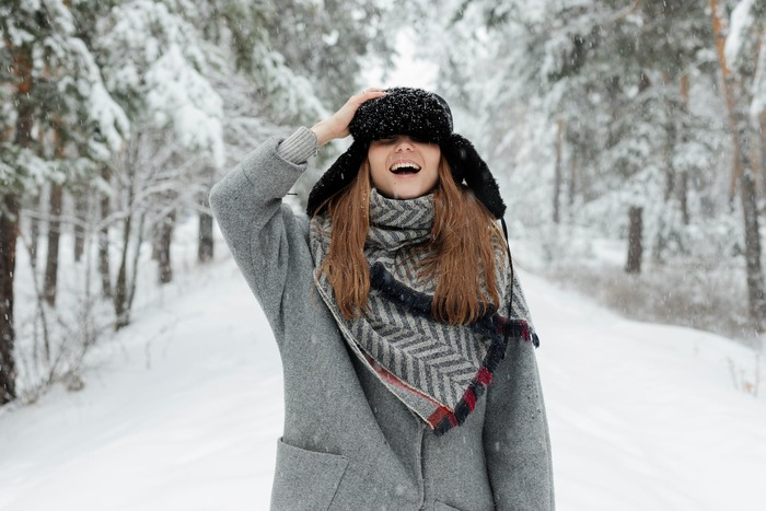 「寒い時はとにかくたくさん着込めば大丈夫!」と思う人も多いかもしれませんが、実は重ね着はアイテムの選び方や着る順番がとても重要。機能性に着目しながら何をどう着るか考えてみましょう。