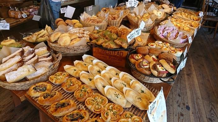 食パン、お惣菜パン、菓子パンなど、常時70種類ほどが揃っています。