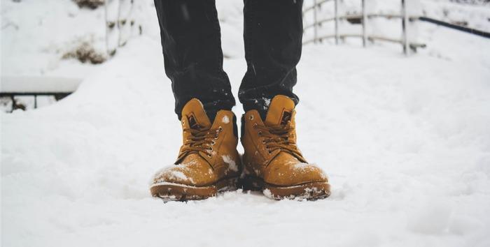 上半身をしっかり着込んでも、下半身の防寒対策がおろそかになっていると暖かさは半減してしまいます。ポイントは足先まで入念に寒さ対策すること。いろいろなアイテムを組み合わせて足元からの冷えを防ぎましょう。