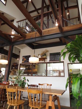店内は1階が販売スペース。1階奥と2階にイートイン用の席があり、吹き抜けの開放的な雰囲気が素敵です。